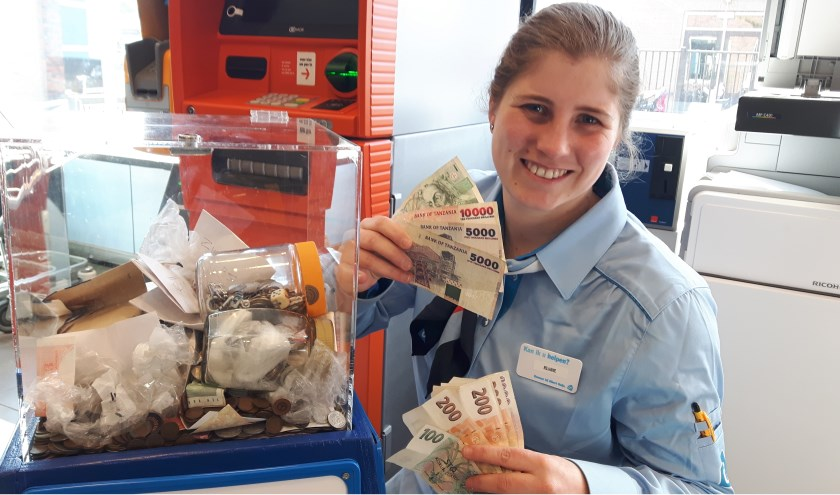 Kassamedewerkster Riejanne van Albert Heijn in Warnsveld verbaast zich over zoveel vreemd geld van over de hele wereld.