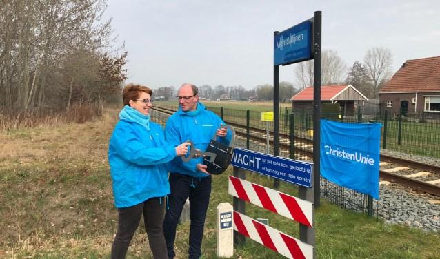 Gerjan Smelt en Martha van Abbema 'openen' station Geerdijk.