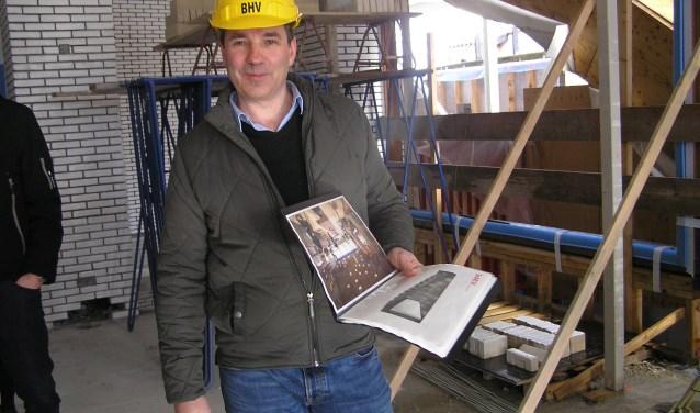 Directeur Rob van den Hove laat trots zien hoe het gebouw er van binnen uit komt te zien. (foto Gerreke van den Bosch)