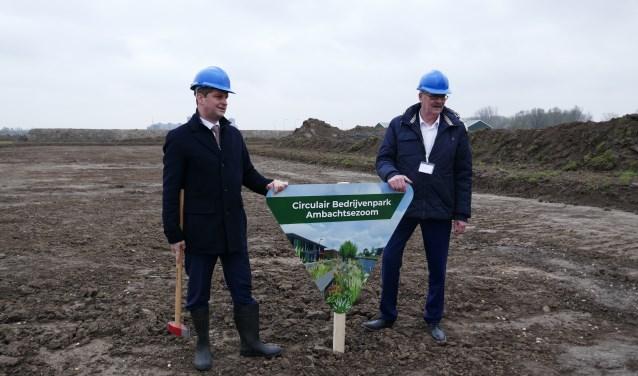 Wethouder André Flach en projectmanager Riny Verhoef slaan symbolisch de eerste paal van Bedrijvenpark Ambachtsezoom.