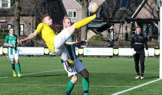 Cas de Neling, Man of the Match, houdt de bal acrobatisch binnen de lijnen.