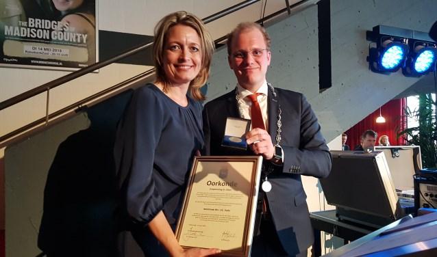 Ilse Saris ontvangt de zilveren erepenning uit handen van burgemeester Joris Bengevoord. Foto: PR