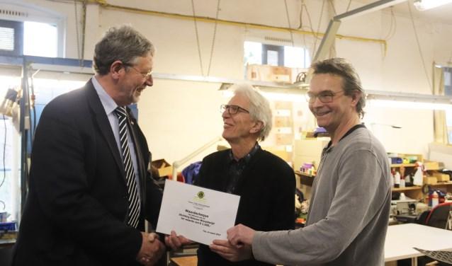 President van de Lions Culemborg Roland van Schelven overhandigt de cheque aan Albert Visser van Betuwe Wereldwijd.