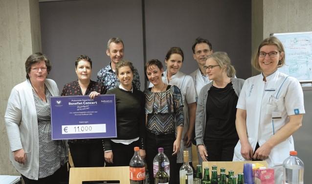 Cindy Klijn (midden) in het Radboudumc in Nijmegen waar ze de cheque overhandigde aan medici en verpleegkundigen van het ziekenhuis.