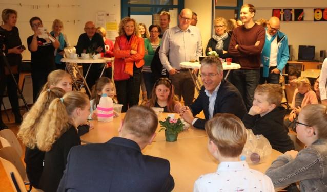 Minister Arie Slob ging uitgebreid in gesprek met leerlingen van de Schaapskooi over hun creatieve projecten om geld in te zamelen.