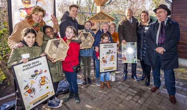 Kinderen en docenten van de basisscholen waar een bijenhotel geplaatst wordt. Met gedeputeerde Han Weber (rechts). (foto: pr provincie)
