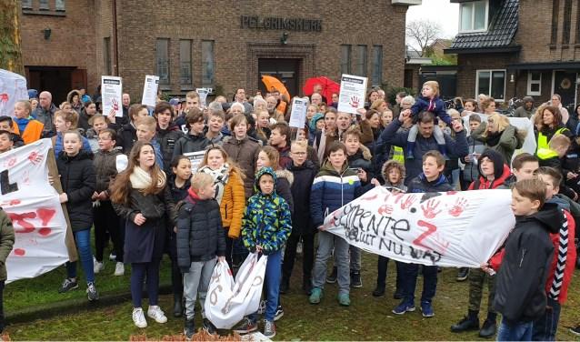 Omwonenden, kinderen en vertegenwoordigers uit de politiek verzamelden zich op het plein bij de Pelgrimskerk om te demonstreren. Foto: Robbert Roos