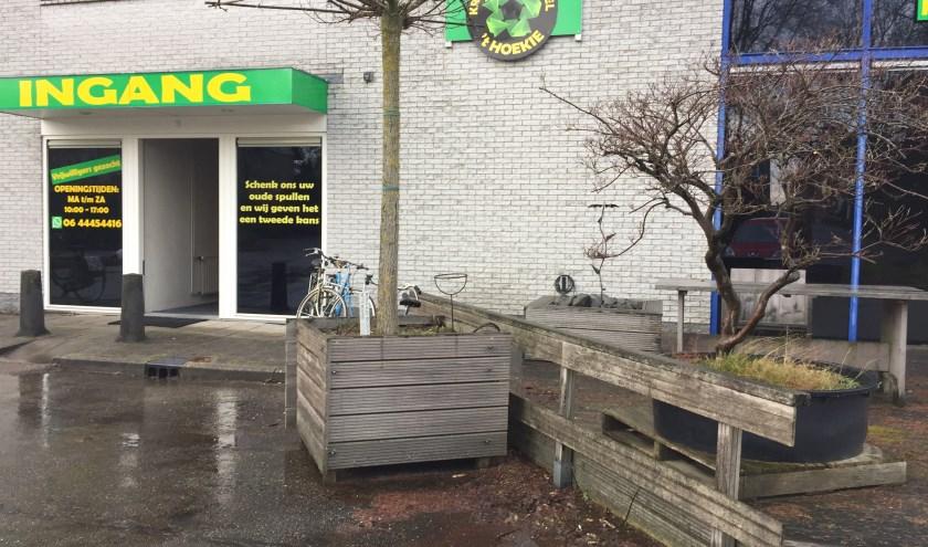 De ingang van Krinloopwinkel 't Hoekie. Hoewel de officiële opening nog gevierd moet worden, kun je nu al terecht voor tweedehands spulletjes.