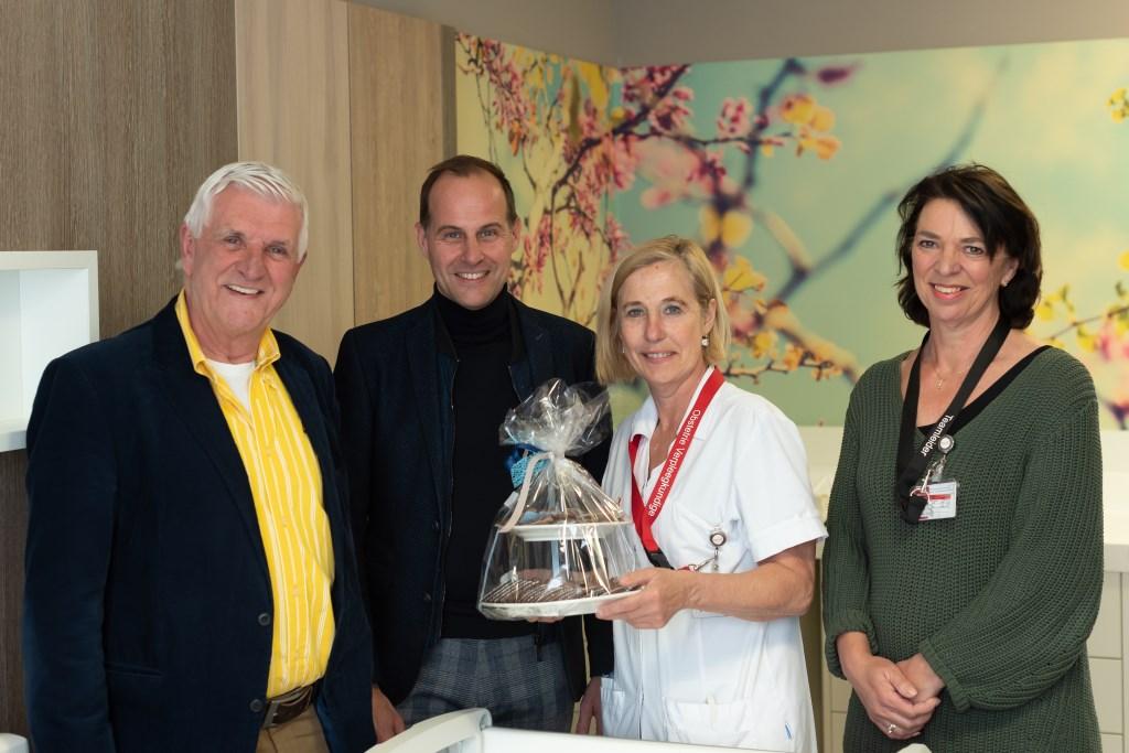 Piet van den Kieboom (voorzitter Vrienden van Bravis), Maurice Baart (commercieel directeur van Engie), Mirjam van Dam (obstetrie-verpleegkundige) en Tjaak Takens (teamleider MKC).  © Persgroep