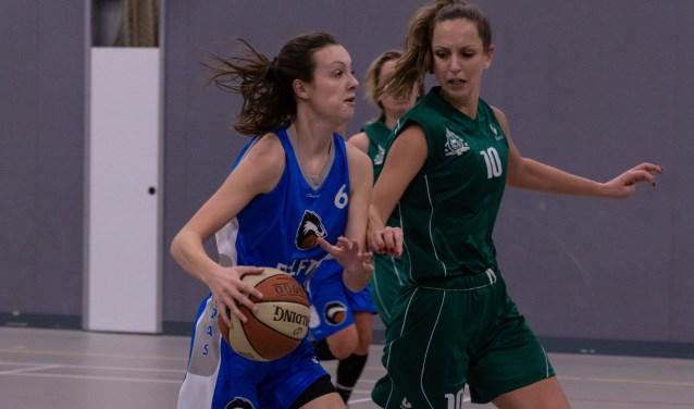 Fabienne Dijkshoorn op weg naar de basket