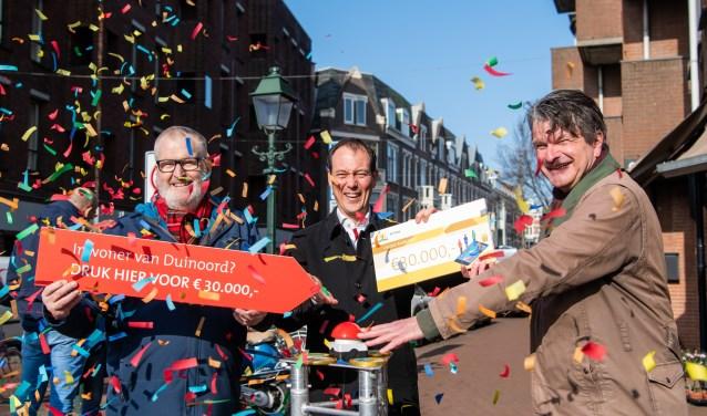 Wethouder Boudewijn Revis nodigt wijkbewoners uit om op de rode knop te drukken.