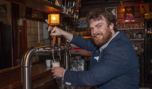 Ds. Folkert de Jong tapt een biertje bij café Schiller.