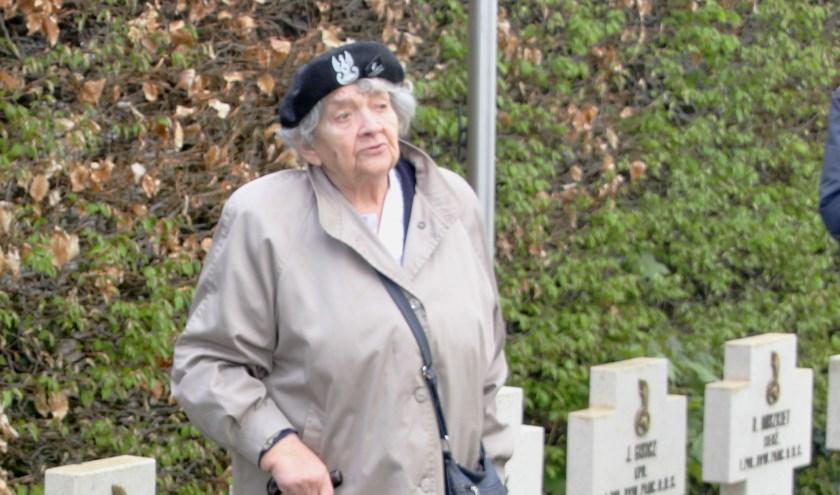 Majoor Cegielski op de erebegraafplaats in het Ginneken bij het graf van haar gesneuvelde oom 17 april 2016