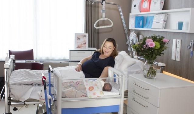 Pauline de Loos van der Zande, met haar baby Noud in de co-sleeper.