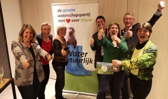 Op de foto staan de blije Fractieleden en Campagneleider van Water Natuurlijk-De Stichtse Rijnlanden V.l.n.r.: Gerda Oskam (Vleuten), Els Otterman (Bunnik), Agaath Dekker-Groen( Houten), Diederik van der Molen (Bilthoven), Anja van Berckel; campagneleider (Nieuwegein), Martin Jansen(Odijk), Harmke van Dam(Utrecht).Op de foto ontbreekt Jaap van der Heijden(Utrecht)