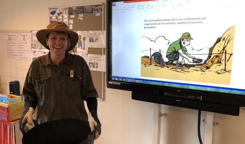 De zus van juf Liesbeth als paleontoloog. Wat lijken ze op elkaar he?