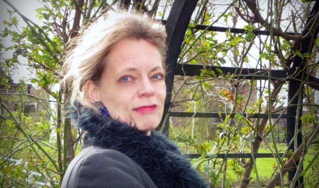 Gerdien Verschoor presenteerde haar nieuwe boek 'Het Meisje en de Geleerde' in haar geboortedorp Boskoop. Burgemeester Liesbeth Spies nam het eerste exemplaar in ontvangst.