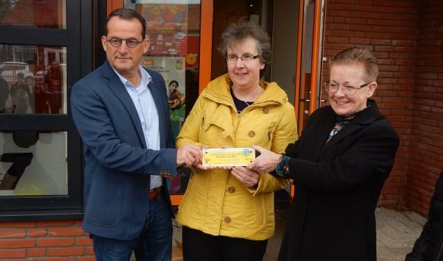 Van links naar rechts: wethouder Johan Quik, Verkeersouder Sjanie de Kreij en Bea van der Steen, schoolcontactpersoon verkeer. (Foto: Privé)