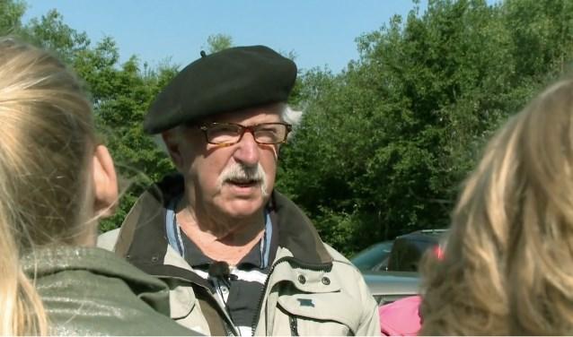 Teun Jordaan leidt een schoolklas rond op de Grebbeberg. Hij moest in 1940 en 1944 vluchten uit Rhenen.
