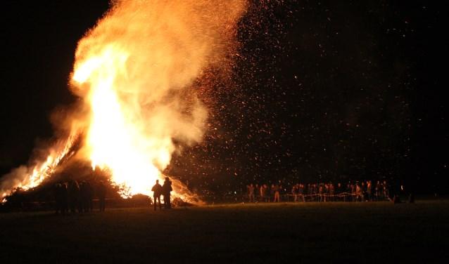 Het paasvuur ligt onder vuur. Op een aantal plaatsen in de regio is het paasvuur inmiddels uitgebannen. (Foto: Arjen Dieperink)