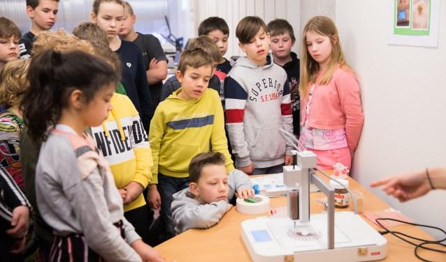 Leerlingen van de Montessorischool Veldhuizen krijgen uitleg over de voedselprinter (Foto: Jacqueline Imminkhuizen)