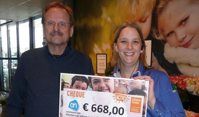 Marieke van der Kolk(r) overhandigt de cheque aan Frits Mutsaers (Foto: Liliane Fonds).