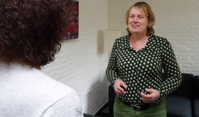 Angstthearpeute Carolijn (r.) van Gorkum in gesprek met correspondent Tonnie Wesseling van het Veldhovens Weekblad. FOTO: Bert Jansen.