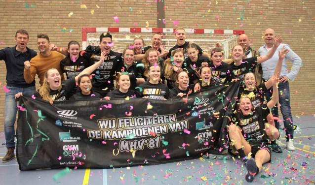Het kampioenschap werd door de handbalsters van MHV'81 uitbundig gevierd. (persfoto)