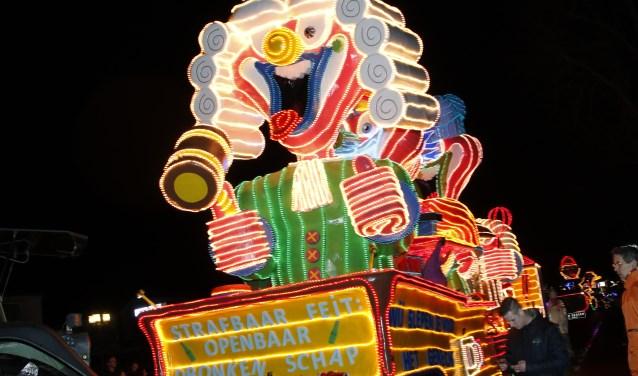 De bouwers van de wagen We slepen je voor het gerecht wonnen de negentiende Boxmeerse lichtjesoptocht en 2000 euro. (foto: Bas Delhij)