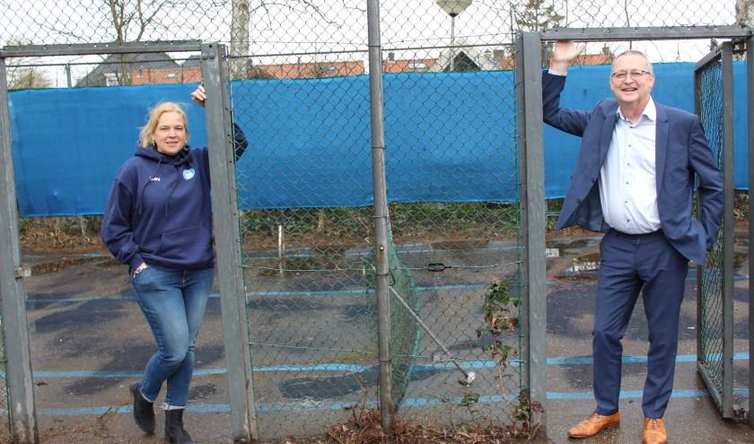Karin de Vries en Arjan Neeleman op de plek waar de padelbanen zouden moeten komen. (Foto: Jan Timmer)