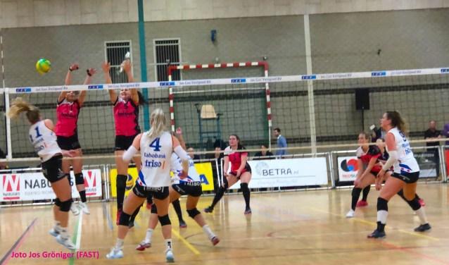 FAST heeft zaterdagavond het Friese VC Sneek twee punten afhandig gemaakt. In Gennep won de roze brigade met 3-2. (foto FAST)