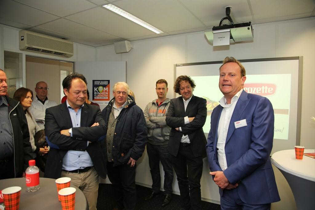 Directeur Ewold Bontje verwelkomt de eerste groep bezoekers, waaronder wethouder George Becht.  Foto: Alex de Kuijper © Persgroep
