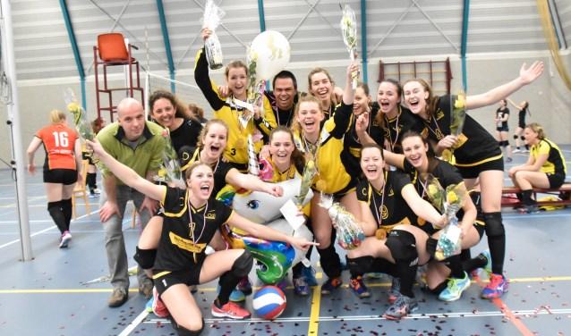 Dames 1 van ODI gaan uit hun bol na de zege zaterdag op Meerkerk '95, waarmee promotie naar de Tweede Divisie zeker is.