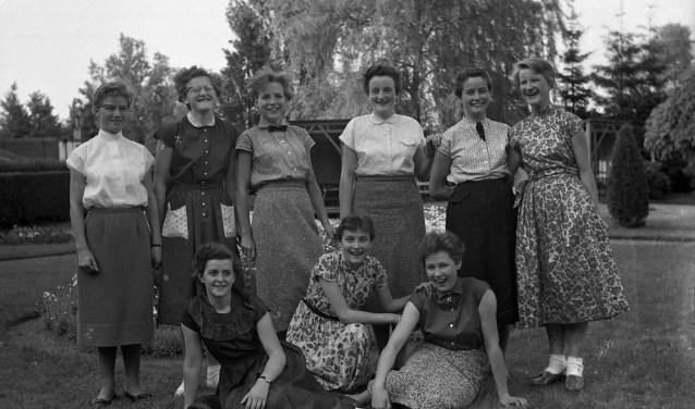 Deelnemers aan een toneelstuk op een meisjesinternaat, 1955 (Fotopersbureau Het Zuiden, collectie BHIC)