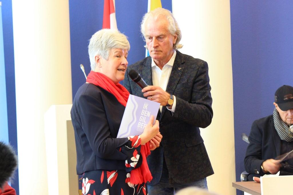 Tineke Bette, raadslid, neemt de eerste brochure in ontvangst.  © Persgroep