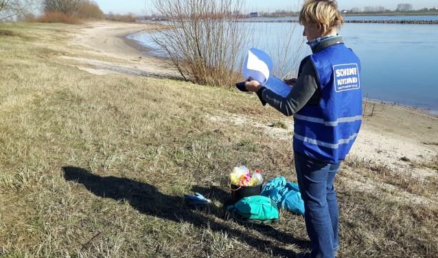 Elly Euverman uit Tiel inventariseert rivierafval langs de Waal bij Ophemert in het kader van het project Schone Rivieren.