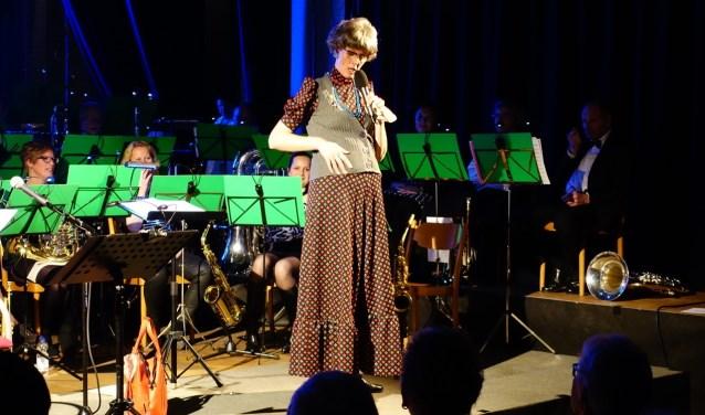 Zeeuwse Sien op het podium met OKK tijdens het lenteconcert in 2018