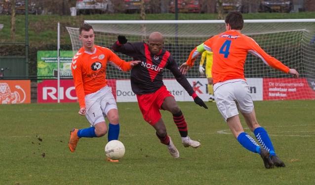 Maker van de eerste goal Jay Luciano soleert tussen twee Altena-verdedigers door. (Foto: Guillaume Kortekaas)