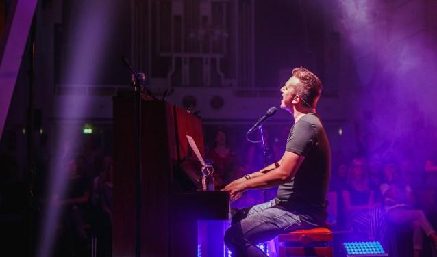 Reyer tijdens de een concert in de 'Hoop in Mij' tour