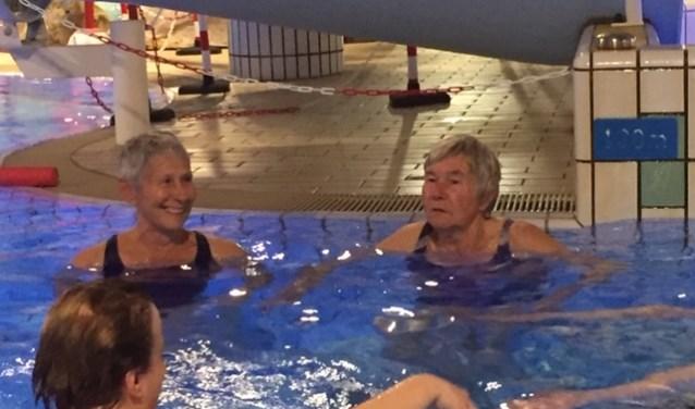 Marijke Bakker en Alie van der Wal zwemmen elke maandag gezellig mee.