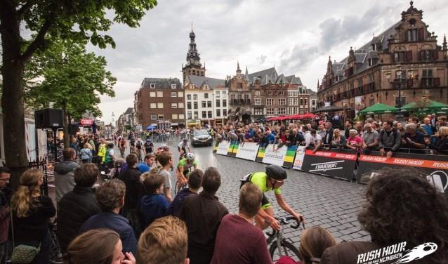 Veel publiek op de Grote Markt bij Rush-Hour Nijmegen.