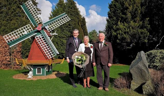 Burgemeester Hans van der Pas ging naar de familie Van de Scheur in Elst om hen te feliciteren met het gouden huwelijk. (Foto: Max Timons)