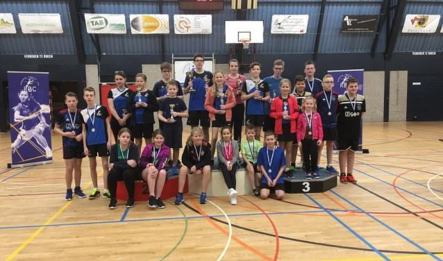 De jeugd van KBC met de bekers en medailles na de clubkampioenschappen van zondag.