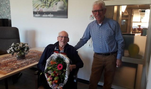 Henk Kemperman, bestuurslid algemene zaken, bezocht Gerard Welling om hem de bloemen te overhandigen voor zijn vijftigjarig lidmaatschap van TTV Zevenaar. (foto: PR)