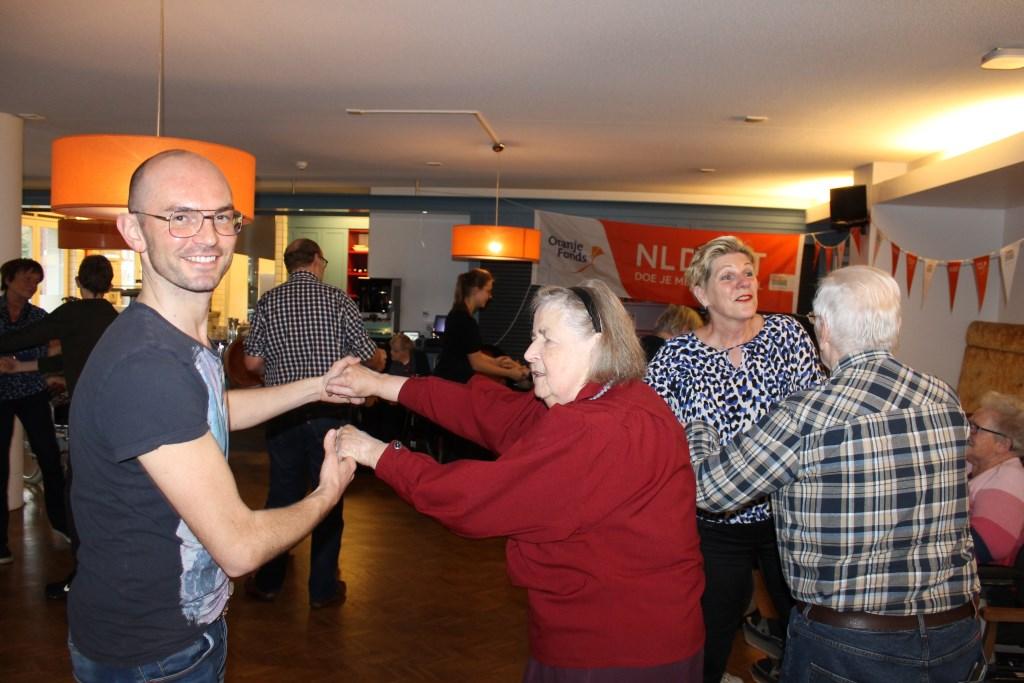 Er werd enthousiast meegedaan met het dansen op de Stegemanhof Aalten tijdens de NL Doet dag.  Foto: Leo van der Linde © Persgroep