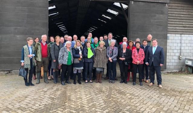 Sybrand Buma samen met de overige deelnemers aan het werkbezoek in Rivierenland op Zuivelboerderij Den Eelder in Well.