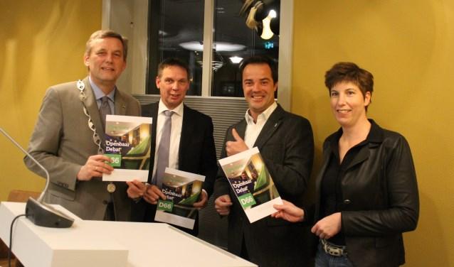 Burgemeester Anton Stapelkamp, griffier Marcel Fiering en plaatsvervangend voorzitter Zelma van Alstede, ontvangen het boekwerkje uit handen van Alexander van der Graaff (D66). Deze partij vierde het één-jarig bestaan in de gemeenteraad.