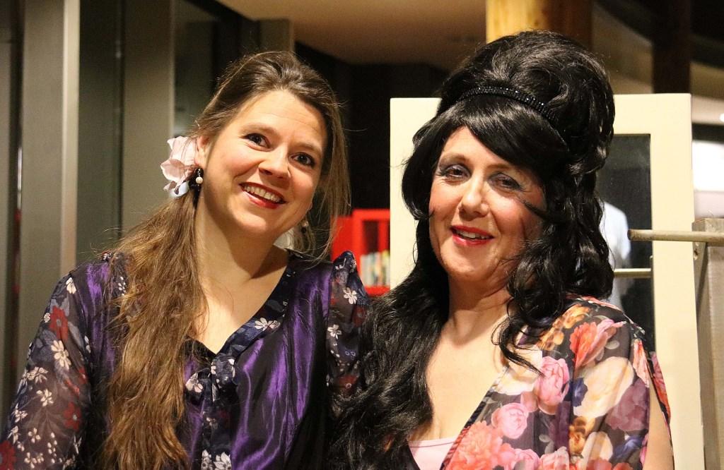 Petra Hollander (r) als gravin Almaviva, en Francine van den Driessen Mareeuw als haar jongere 'ik' Rosina. Foto: Hanny van Eerden © Persgroep