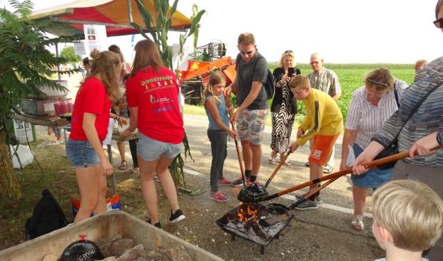 Popcorn maken op het Oogstfeest Kromme Rijnstreek. FOTO: Wim Nell