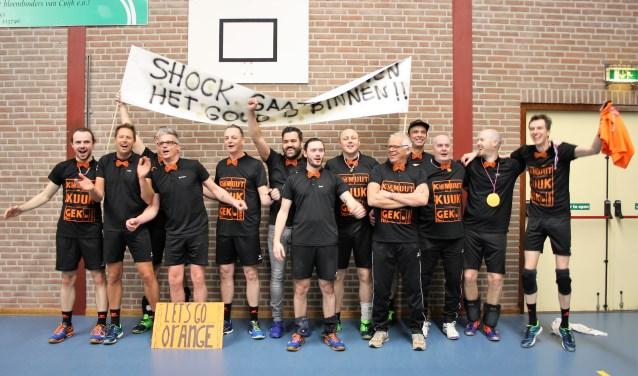 Groot feest bij de volleyballers van Shock '82 na het behalen van de titel in Beers. (foto: eigen foto)
